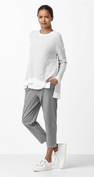 Cómo combinar: jersey oversized gris, camiseta con cuello circular blanca, pantalón de chándal gris, tenis de lona blancos
