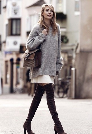 Cómo combinar: jersey oversized gris, falda línea a en beige, botas sobre la rodilla de ante en marrón oscuro, bolso bandolera de cuero en marrón oscuro