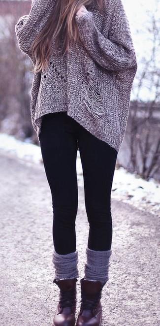 Cómo combinar: jersey oversized de punto gris, leggings negros, botas planas con cordones de cuero burdeos, calcetines hasta la rodilla grises