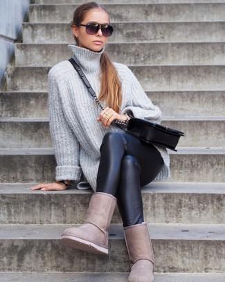 Cómo combinar: jersey oversized de punto gris, leggings de cuero negros, botas ugg en beige, bolso bandolera de cuero acolchado negro