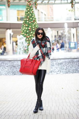Cómo combinar: jersey oversized de punto blanco, leggings de cuero negros, botines de cuero negros, bolsa tote de cuero roja