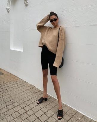 Cómo combinar: jersey oversized de punto marrón claro, mallas ciclistas vaqueras negras, chinelas de cuero negras, bolso bandolera de cuero negro