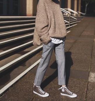 Cómo combinar: jersey oversized marrón, camiseta con cuello circular blanca, pantalón de vestir gris, zapatillas altas de lona marrónes
