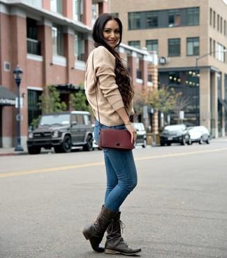 Cómo combinar: jersey oversized de punto marrón claro, vaqueros pitillo azules, botas a media pierna de cuero en marrón oscuro, bolso bandolera de cuero burdeos