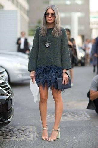 Cómo combinar: jersey oversized verde oscuro, minifalda de angora azul marino, sandalias de tacón de cuero en verde menta, cartera sobre de cuero negra