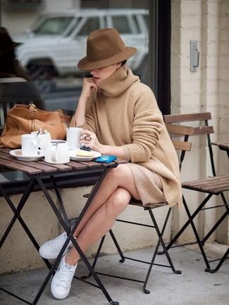Cómo combinar: jersey oversized marrón claro, minifalda marrón claro, tenis blancos, bolsa tote de cuero marrón claro