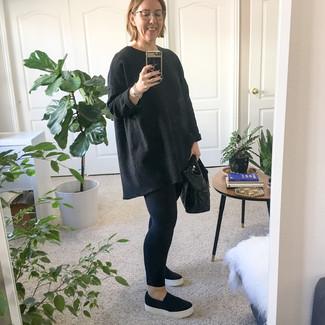 Cómo combinar: jersey oversized negro, leggings negros, zapatillas slip-on negras, bolsa tote de cuero negra