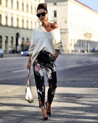 Cómo combinar: jersey oversized de punto blanco, pantalón de pinzas con print de flores negro, zapatos de tacón de cuero negros, bolso de hombre de cuero acolchado blanco