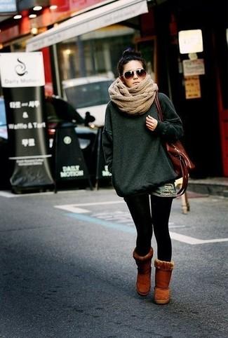 Cómo combinar: jersey oversized verde oscuro, pantalones cortos vaqueros azules, botas ugg marrónes, bolsa tote de cuero marrón