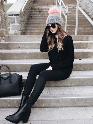 Cómo combinar: jersey oversized negro, vaqueros pitillo negros, botines de cuero negros, bolsa tote de cuero negra