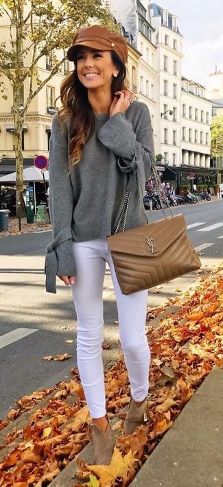 Cómo combinar: jersey oversized gris, vaqueros pitillo blancos, botines de ante marrónes, bolso bandolera de cuero acolchado marrón