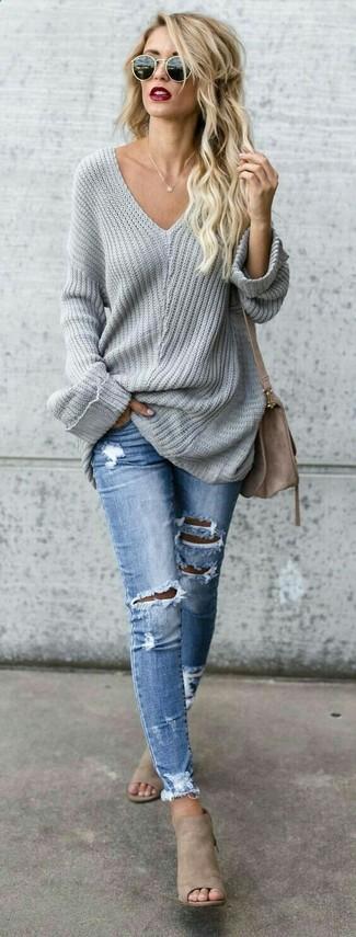 Cómo combinar: jersey oversized gris, vaqueros pitillo desgastados celestes, chinelas de ante en beige, bolso bandolera de ante marrón