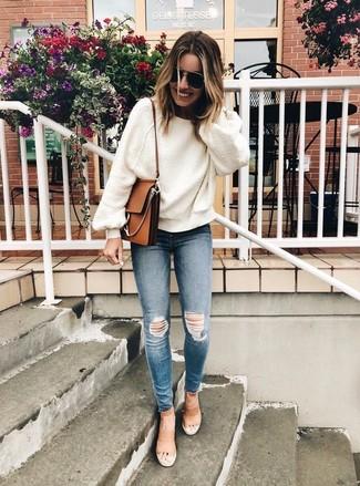 Cómo combinar: jersey oversized blanco, vaqueros pitillo desgastados azules, sandalias de tacón de cuero marrón claro, bolso bandolera de cuero marrón