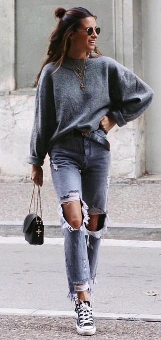 Cómo combinar: jersey oversized gris, vaqueros desgastados grises, tenis de lona en negro y blanco, bolso bandolera de cuero negro