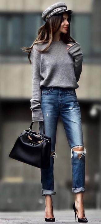 Cómo combinar: jersey oversized gris, vaqueros desgastados azul marino, zapatos de tacón de cuero negros, bolsa tote de cuero negra