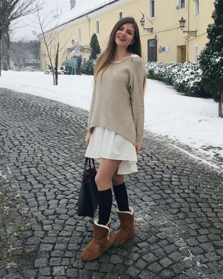 Cómo combinar: jersey oversized en beige, vestido amplio blanco, botas ugg marrónes, calcetines hasta la rodilla negros
