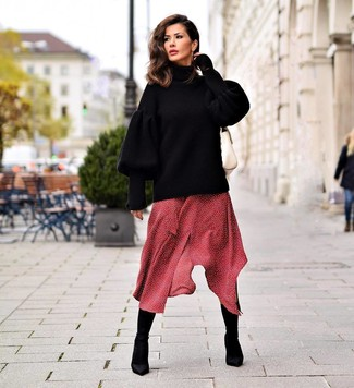 Cómo combinar: jersey oversized de punto negro, vestido midi a lunares rojo, botines de elástico negros, bolso de hombre de cuero blanco