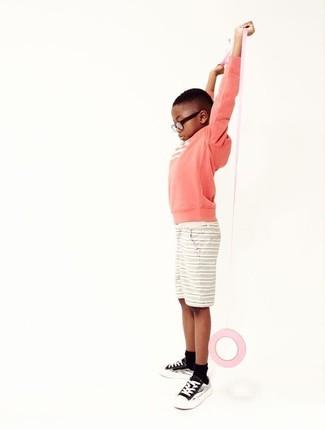 Cómo combinar: jersey rosa, pantalones cortos en beige, zapatillas negras, calcetines negros