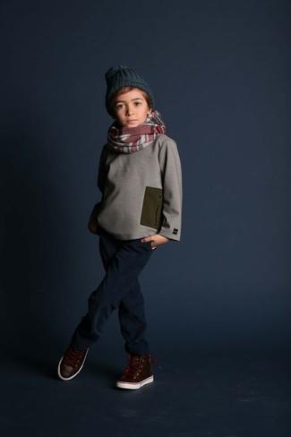 Cómo combinar: jersey gris, vaqueros azul marino, zapatillas de cuero en marrón oscuro, gorro verde oscuro