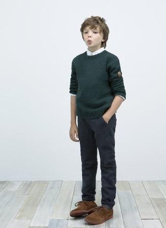 Cómo combinar: jersey verde oscuro, camisa de manga larga blanca, pantalones en gris oscuro, zapatos oxford marrónes