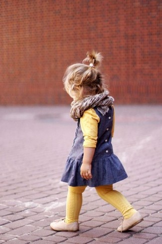 Cómo combinar: jersey amarillo, vestido azul, zapatos oxford en beige, bufanda gris