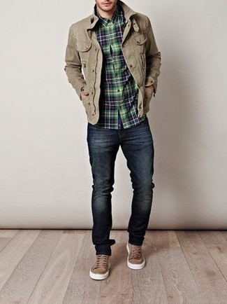 Wear a field jacket with navy blue skinny jeans for a comfortable outfit that's also put together nicely. Brown low top sneakers work wonderfully well within this ensemble. So when summer is done and autumn is here, this look has a good chance of becoming your number one.