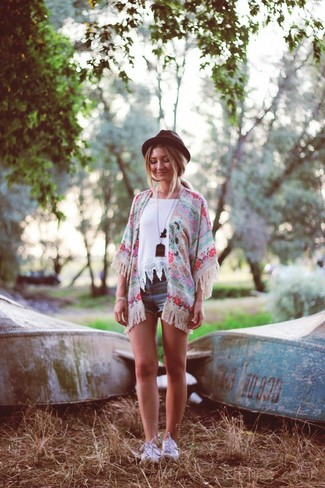 How to wear: pink floral kimono, white crochet crew-neck t-shirt, blue denim shorts, white low top sneakers