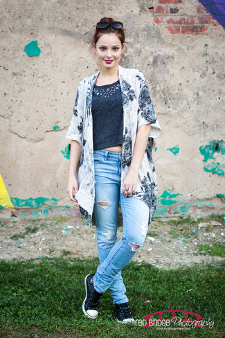 How to wear: white and black floral kimono, charcoal cropped top, light blue ripped jeans, black and white leather low top sneakers