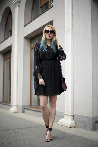 Tenue  Kimono en dentelle noir, Robe de cocktail de tulle noire, Sandales à  talons en daim noires, Sac bandoulière en cuir pourpre foncé   Mode femmes 6e6a5cc5a02