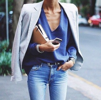 How to wear: light blue blazer, blue v-neck sweater, light blue skinny jeans