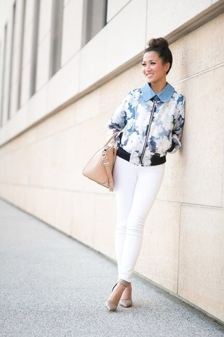 How to wear: light blue floral bomber jacket, white skinny jeans, grey leather pumps, beige leather handbag