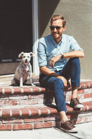 How to wear: light blue chambray long sleeve shirt, navy chinos, dark brown leather low top sneakers