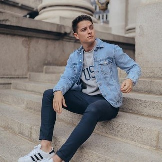 Grey Print Crew-neck T-shirt Outfits For Men: For an off-duty outfit, pair a grey print crew-neck t-shirt with navy chinos — these two pieces go nicely together. This look is completed perfectly with white and black leather low top sneakers.