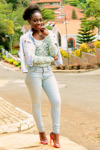 If you're a fan of classic pairings, then you'll like this combo of a Mavi Jeans Samantha Denim Jacket and light blue skinny jeans. Let's make a bit more effort now and throw in a pair of red leather heeled sandals. If you're looking for an amazing transition outfit, this just might be it.