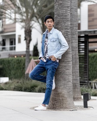 White Print Short Sleeve Shirt Outfits For Men: If you like a more laid-back approach to styling, why not team a white print short sleeve shirt with navy jeans? All you need is a good pair of white canvas low top sneakers.