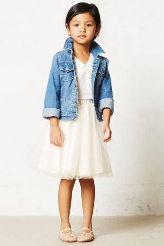 How to wear: light blue denim jacket, white t-shirt, beige tulle skirt, beige ballet flats