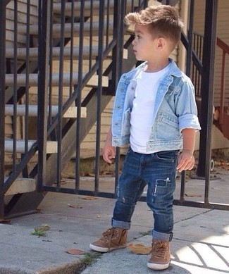 How to wear: light blue denim jacket, white t-shirt, navy jeans, brown sneakers