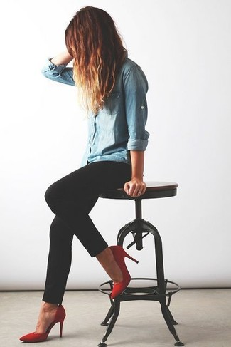 Team a baby blue denim shirt with black skinny jeans to create a chic, glamorous look. Elevate your getup with red suede pumps.