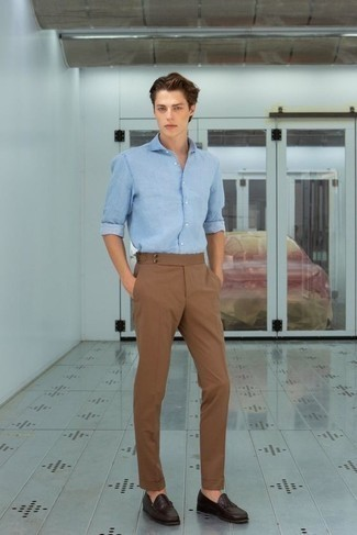 Men's Looks & Outfits: What To Wear In 2020: Solid proof that a light blue denim shirt and brown chinos are amazing when matched together in a laid-back getup. A pair of dark brown leather loafers immediately levels up any ensemble.