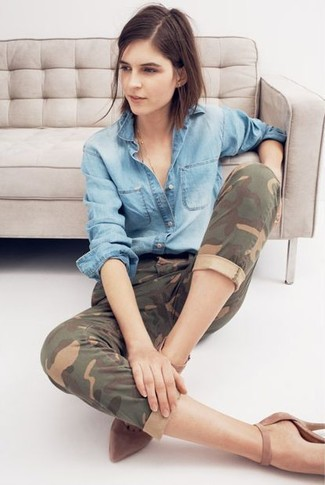 A light blue denim shirt and olive camouflage jeans are a great outfit formula to have in your arsenal. A pair of brown suede pumps adds more polish to your overall look. This one will play especially nice when spring sets it.