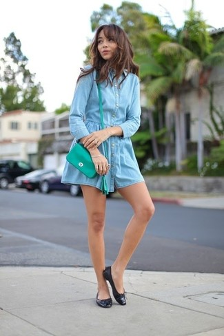 How to wear: light blue denim shirtdress, black leather ballerina shoes, green leather crossbody bag