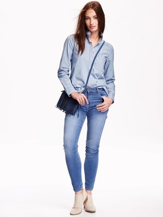 How to Wear a Blue Leather Crossbody Bag In Warm Weather: Putting together a light blue chambray dress shirt with a blue leather crossbody bag is an amazing option for a relaxed casual but absolutely stylish outfit. Introduce beige suede ankle boots to this ensemble to make the look slightly more sophisticated.