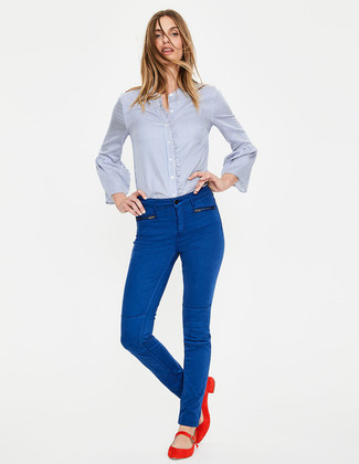 How to wear: light blue dress shirt, blue skinny jeans, red suede ballerina shoes