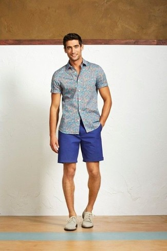 A floral short sleeve shirt and blue shorts is a nice combination to add to your styling repertoire. Feeling inventive? Complement your outfit with nude suede derby shoes.