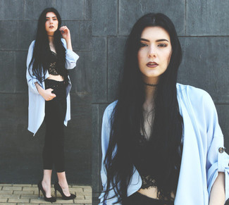A black lace cropped top and black skinny jeans are a great outfit formula to have in your arsenal. Dress up this look with black suede pumps.