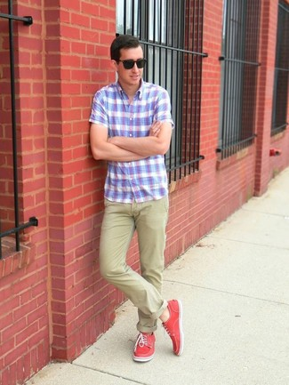 For those of you who like the comfort look, consider pairing a baby blue plaid short sleeve shirt with beige chinos. Hot pink plimsolls are a fitting choice here. This one will play especially nice come summer.