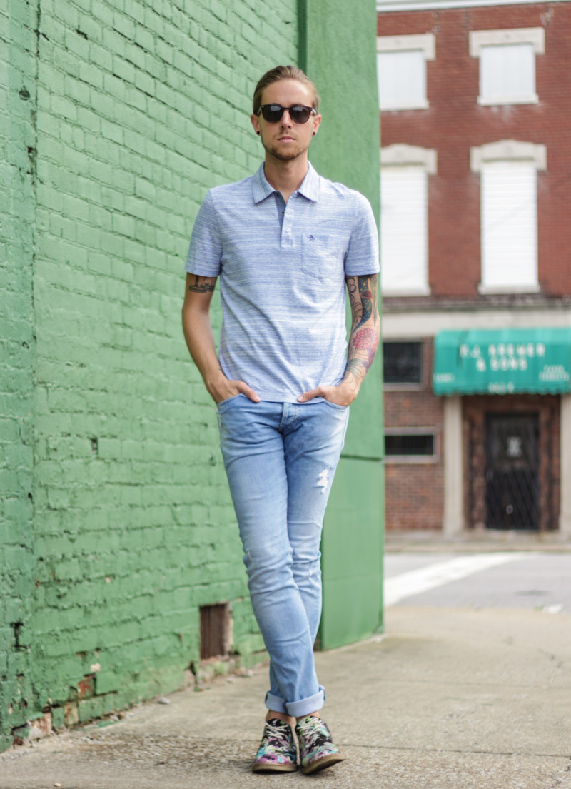 Black t shirt light blue jeans - A Baby Blue T Shirt And Light Blue Slim Jeans Is A Savvy Combo To