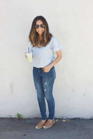 How to Wear Brown Leather Espadrilles For Women: For To achieve a casual look with a twist, rock a light blue short sleeve blouse with blue skinny jeans. Parade your fun side by finishing off with brown leather espadrilles.