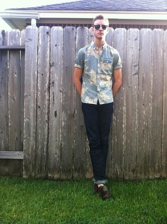 Navy Sunglasses Outfits For Men In Their 20s: This combo of a light blue floral chambray short sleeve shirt and navy sunglasses is super easy to do and so comfortable to rock from dawn till dusk as well! To give this ensemble a more sophisticated spin, introduce a pair of dark brown leather boat shoes to the mix. Guys who are curious how to look good in your early 20s, you have your answer.