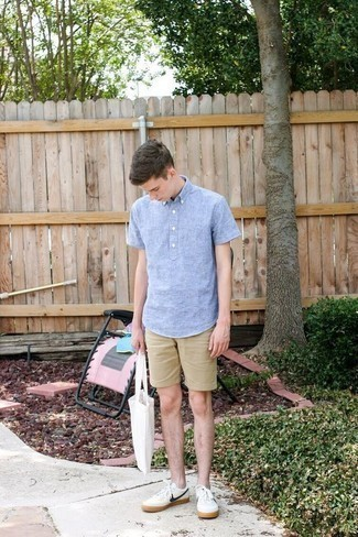 How to Wear a Light Blue Linen Short Sleeve Shirt For Men: Want to infuse your wardrobe with some laid-back cool? Dress in a light blue linen short sleeve shirt and tan shorts. Add white and navy leather low top sneakers to the mix for extra style points.